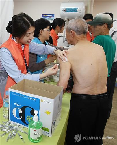 노인들이 예방접종 주사를 맞고 있다.