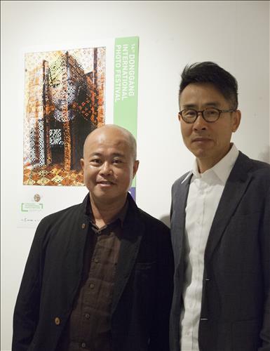 동강국제사진전에 참여하는 베트남 출신 작가 딘 큐(왼쪽)와 한국작가 이상현