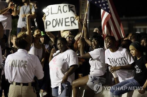 시위대, 퍼거슨 경찰서서 시위