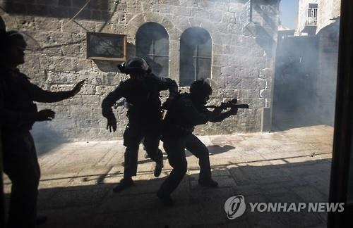 팔레스타인의 알아크사원 접근을 막는 이스라엘 경찰(EPA=연합뉴스자료사진)