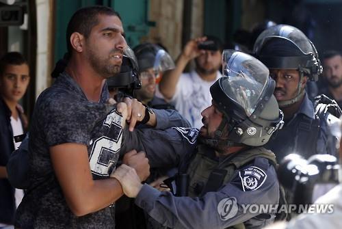 알아크사 사원에서 이스라엘 경찰과 팔레스타인 시위대가 충돌하고 있다(AFP=연합뉴스자료사진)