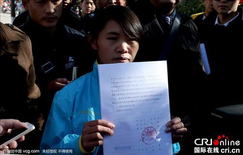석방 후 판결문을 보여주고 있는 첸런펑씨(국제재선 캡쳐)