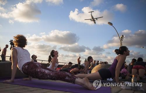 이스라엘에서 제1회 세계 요가의 날 행사에 참여한 여성들 (AP=연합뉴스)