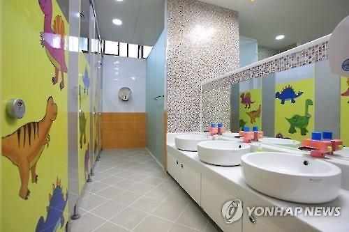 회색빛 학교를 화사하게 업그레이드…화장실도 양변기로(종합 ...