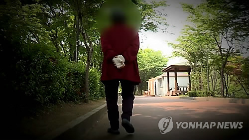 홀로 걸어가는 노인[연합뉴스 자료사진]