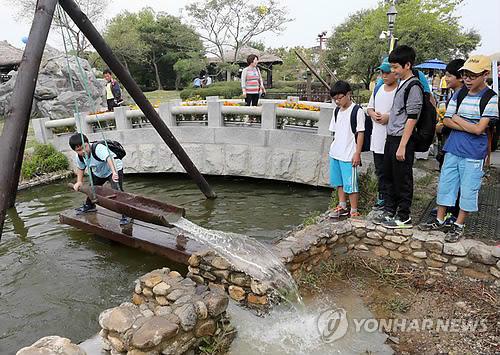 옛날 물 푸는 용두레 체험하는 학생들 [연합뉴스 자료사진]