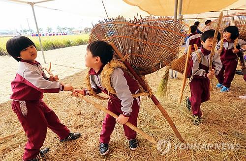 지게질 체험 [연합뉴스 자료사진]