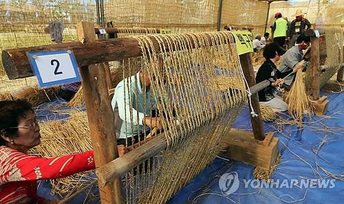 가마니 짜기 시합 [연합뉴스 자료사진]