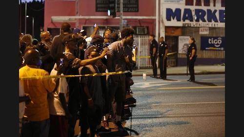 LA 경찰의 흑인총격 살해에 항의하는 시민들