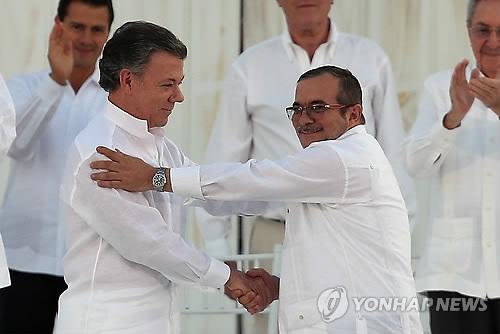 9월 26일 평화협정 서명한 산토스(왼쪽)와 론도뇨[AP=연합뉴스 자료사진]