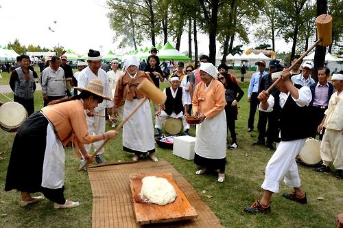 인삼 캐고 특산물 사고…충북 축제장·유원지 인산인해