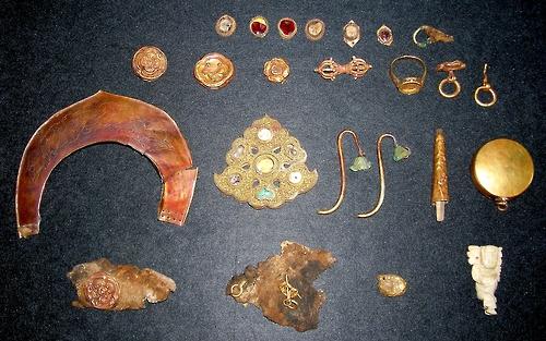 타반 톨고이의 고인골 무덤에서 발굴된 부장품들