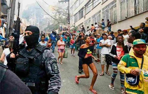 총격전에 놀란 주민들이 긴급대피하고 있다.