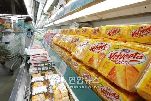 버터와 치즈가 진열된 매장 [연합뉴스 자료사진]