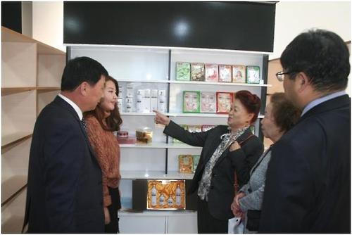 고려문화원 입구에 전시된 한국 중소기업 화장품들