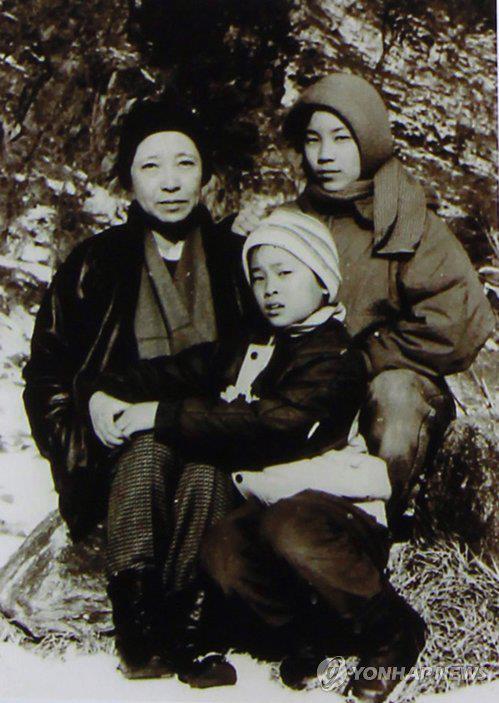 '통영의 딸' 신숙자씨와 두 딸의 모습. 요덕 수용소에 수용 당시 모습으로 전해진다