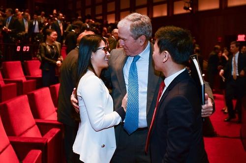 탈북청년 조셉 김(오른쪽), 그레이스 조와 만난 부시 전 대통령[부시센터 페이스북]