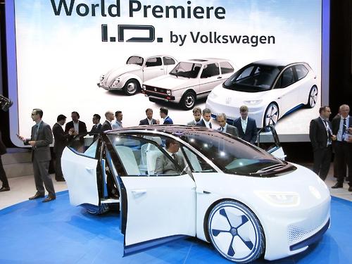파리 자동차쇼장의 폴크스바겐 신형전기자동차