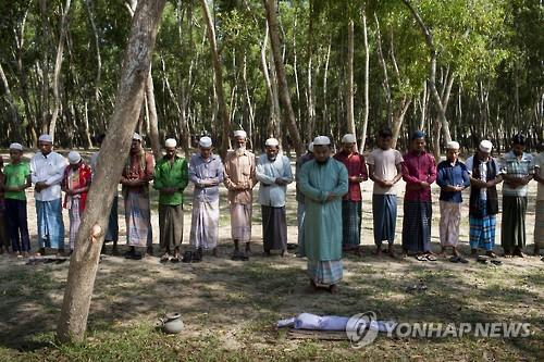 피란 과정에서 죽은 로힝야족 아이의 장례식[AFP=연합뉴스 자료사진]