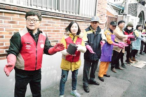 연탄 나르는 의용소방대원들. [광주 동부소방서 제공=연합뉴스]