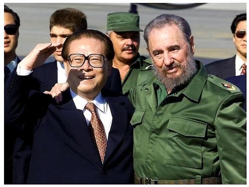 장쩌민 전 중국 국가주석(왼쪽)과 피델 카스트로 [둬웨이 캡처]