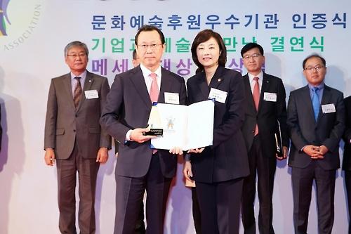 어진 안국약품 대표이사와 조윤선 문화체육관광부 장관(사진 왼쪽부터)