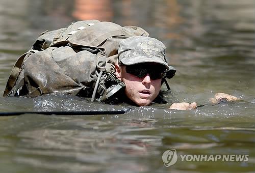 미 육군의 레인저 교육과정을 이수 중인 여군 장교[AP=연합뉴스 자료 사진]