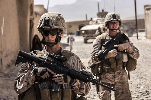 아프가니스탄에서 순찰 중인 미 해병대 여군 장교(뒷쪽)[미 국방부 제공]