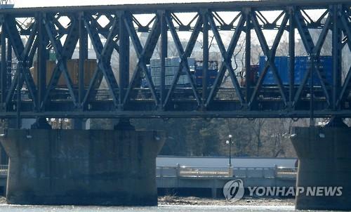 압록강대교를 오가는 북중 화물 트럭[연합뉴스 자료사진]