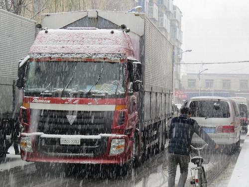 단둥을 거쳐 중국으로 들어오는 북한 트럭