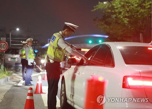 음주단속 중인 경찰 [연합뉴스 자료사진]