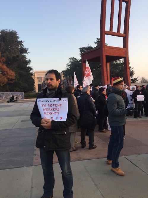 유엔 앞에서 한국 총파업 지지 선언하는 국제노동단체 조합원들