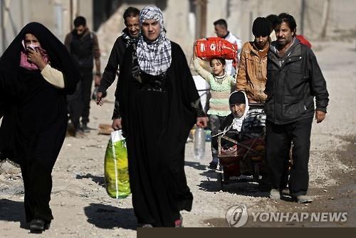 모술을 탈출하는 주민들[AFP=연합뉴스자료사진]