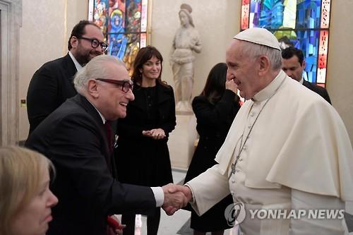 프란치스코 교황(오른쪽)과 악수하는 마틴 스콜세지 감독 [AP=연합뉴스]
