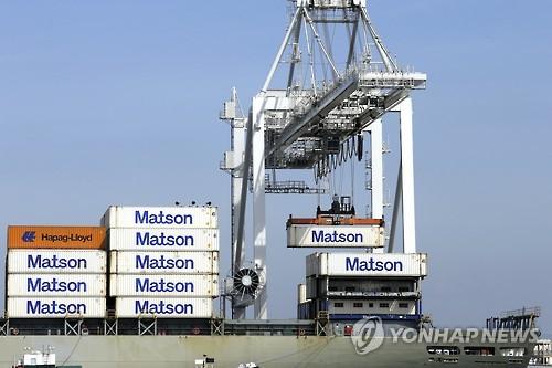 미국 항구에서 컨테이너를 하역하는 모습