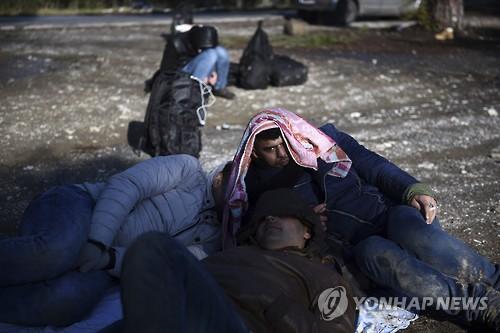 그리스 테살로니키 산림 지대에서 발견된 시리아 난민들 [AP=연합뉴스]