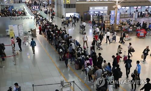 붐비는 인천공항 출국장[연합뉴스 자료사진]