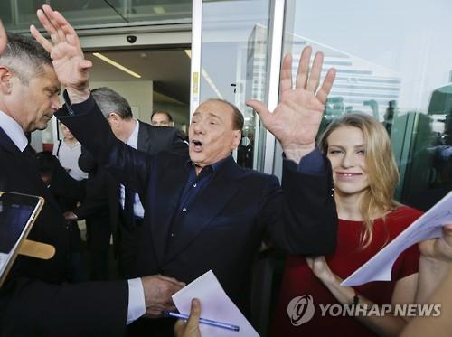 실비오 베를루스코니 전 이탈리아 총리(가운데) [AP=연합뉴스]