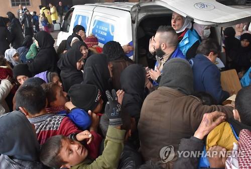구호물자 차량에 몰린 알레포 난민