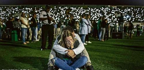 슬픔에 잠긴 샤페코엔시 축구팬들 [출처:브라질 일간지 폴랴 지 상파울루]
