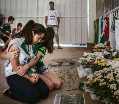 샤페코엔시 축구팬들이 애도를 표하고 있다.[출처:브라질 일간지 폴랴 지 상파울루