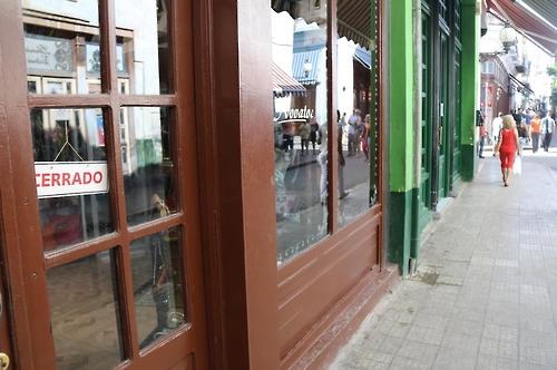 '닫음' 팻말 걸린 아바나 시내 상점