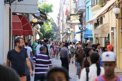아바나 시내의 관광객 인파