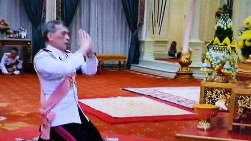 아버지인 푸미폰 전 국왕 부부 사진에 절하는 와치랄롱꼰 국왕[태국 국영TV 화면 촬