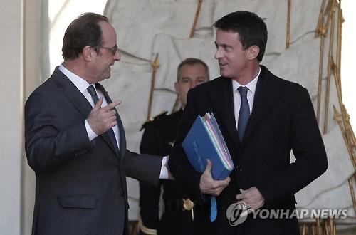 발스(우) 총리와 이야기하는 올랑드(좌) 대통령[AP=연합뉴스 자료사진]