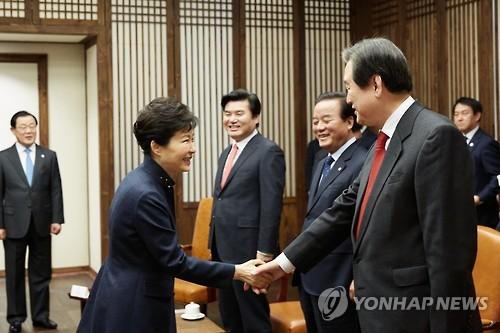 박 대통령과 김무성 전 대표의 악수