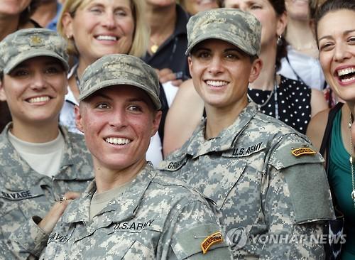 미 육군 레인저 과정을 수료한 세 명의 여군 장교들[AP=연합뉴스 자료 사진]