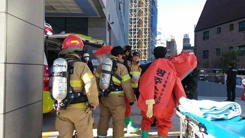 병원주차장 이산화탄소 가스 유출 현장 수습에 나선 119대원들.