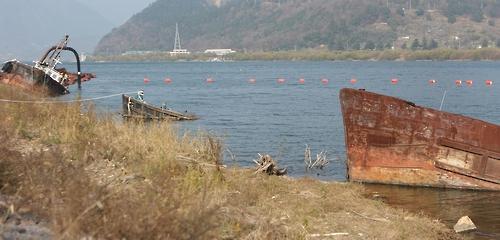 임시계류장에 침몰한 채 방치된 준설선들