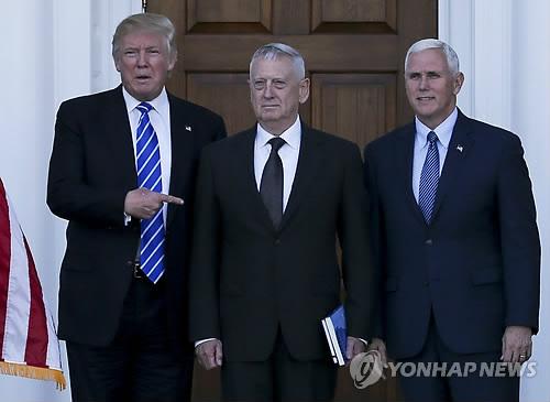 차기 미국 국방장관으로 낙점된 제임스 매티스(가운데)[AP=연합뉴스 자료 사진]